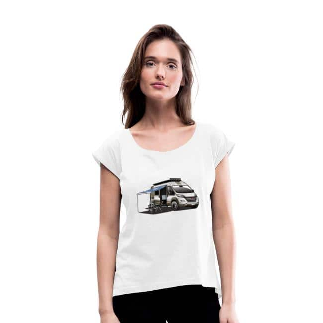 wohnmobil-kastenwagen-als-allradfahrzeug-mit-campingstuehle-campingtisch-und-ausgefahrener-markise-3