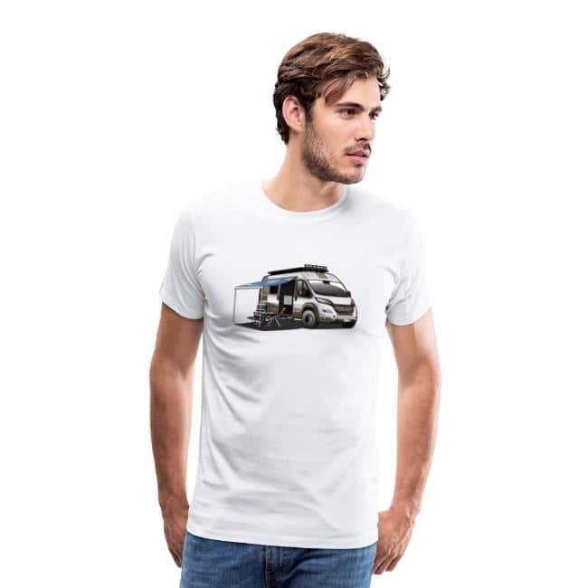 wohnmobil-kastenwagen-als-allradfahrzeug-mit-campingstuehle-campingtisch-und-ausgefahrener-markise